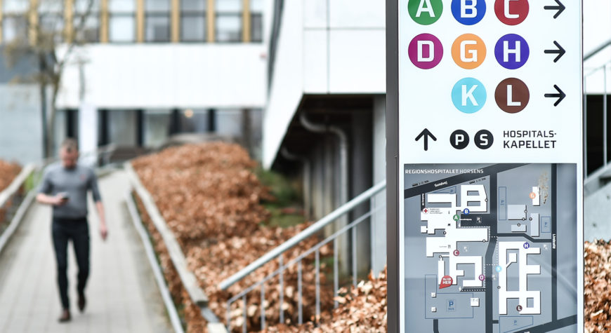Picture of outdoor wayfinding elements at Horsens Regional Hospital